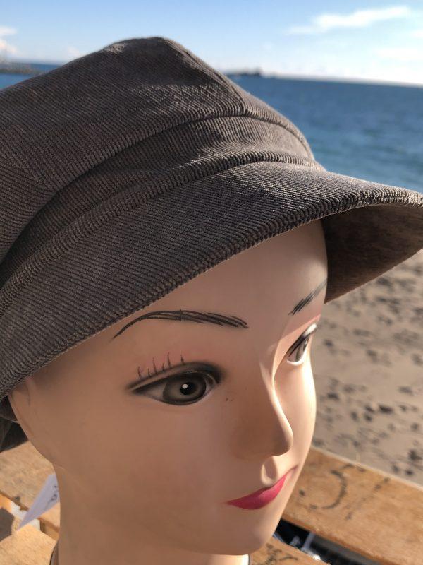 casquette femme style gavroche , fabrication européenne , gris claire velours côtelé
